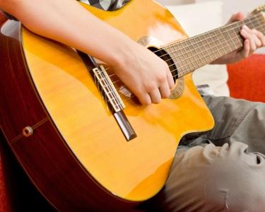 1 Mês de Aulas de Guitarra | A partir dos 9 anos