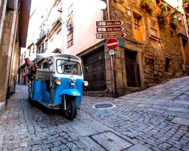 Passeio pelo Porto By TukTuk Eléctrico + Desgustação de Vinho do Porto