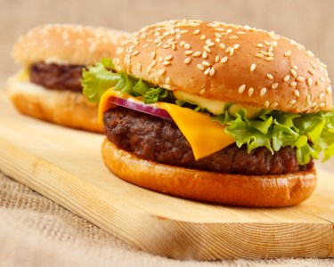 All You Can Eat de Hambúrgueres & Garrafa de Vinho | 2 ou 4 Pessoas