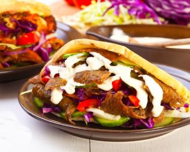 Sabores Exóticos! Kebabs à Discrição & Garrafa de Vinho para Dois