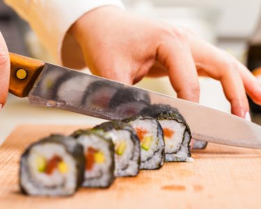 Sushi Lovers! Workshop + Jantar c/ Espumante e Bombons a 2 | 2 Locais