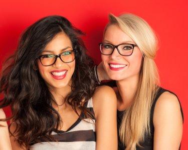 2 Pares de Óculos p/ Melhores Amigas | Óptica Excelente Visão